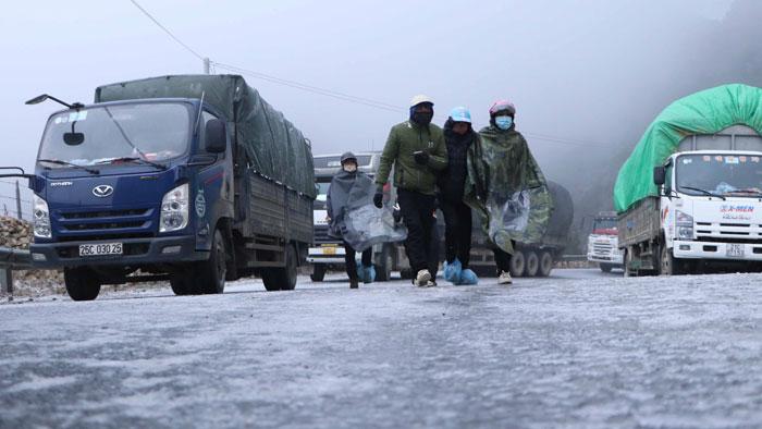 Lai Châu: Đường đóng băng khiến các phương tiện không thể di chuyển qua khu vực đèo Ô Quy Hồ