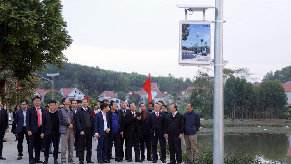 Phó chủ tịch thường trực ubnd tỉnh mai sơn cùng các đại biểu tham quan đường điện chiếu sáng tại thôn sơn thịnh.