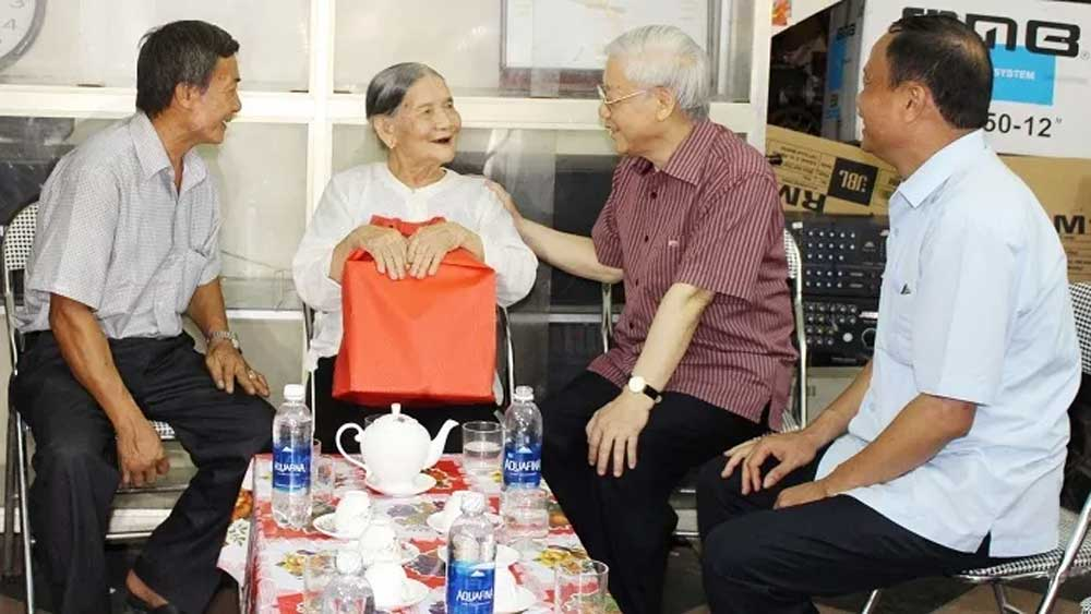 Gifts, revolutionary contributors, for Tet holiday