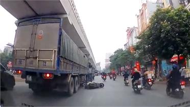 Sang đường không quan sát, người đi xe máy suýt trả giá bằng tính mạng