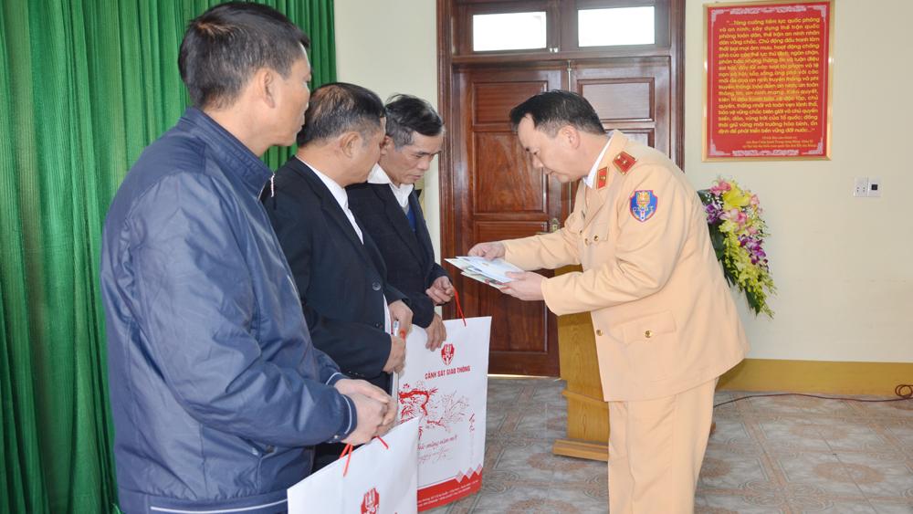 Cục trưởng Cục Cảnh sát giao thông tặng quà thân nhân 3 chiến sĩ hy sinh khi làm nhiệm vụ