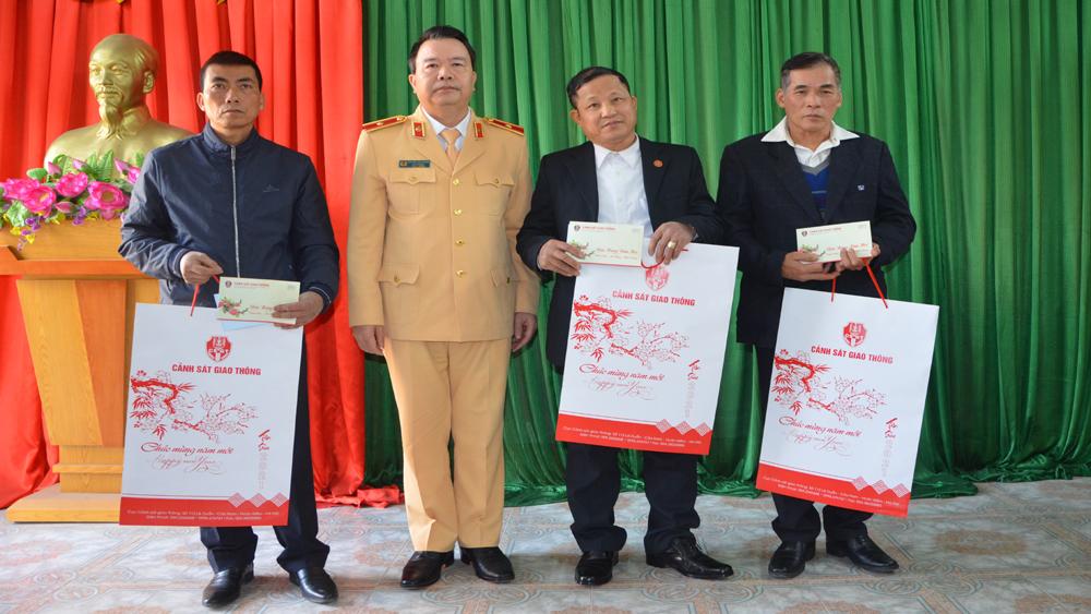 Cục trưởng Cục Cảnh sát giao thông (Bộ Công an) tặng quà thân nhân 3 liệt sĩ công an Bắc Giang