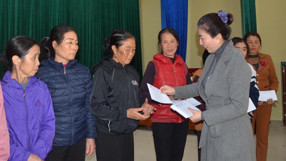 Phó Bí thư Thường trực Tỉnh ủy Lê Thị Thu Hồng tặng quà Tết cho hộ nghèo huyện Lục Nam