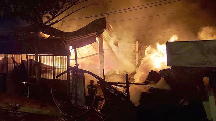 Xưởng gỗ ở TPHCM cháy rừng rực trong đêm