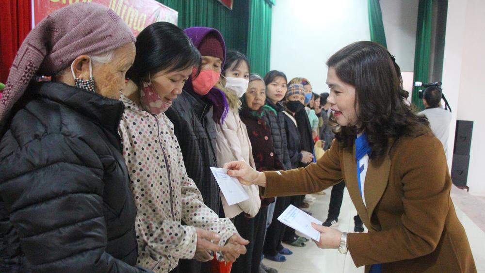 Phó Chủ tịch Thường trực HĐND tỉnh Lâm Thị Hương Thành tặng quà Tết hộ nghèo tại Yên Thế