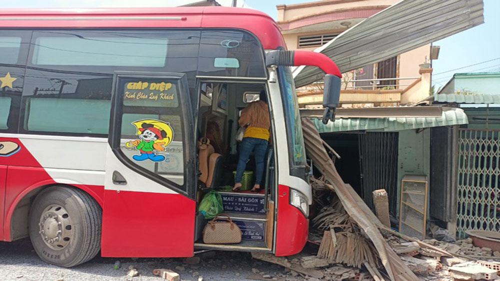 Tiền Giang: Bị xe khách tông trúng khi đang... nấu ăn trong nhà