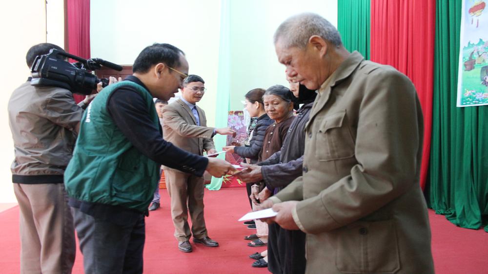 Hội đồng niên Ất Mão 1975 tỉnh Bắc Giang tặng quà hộ nghèo huyện Yên Thế