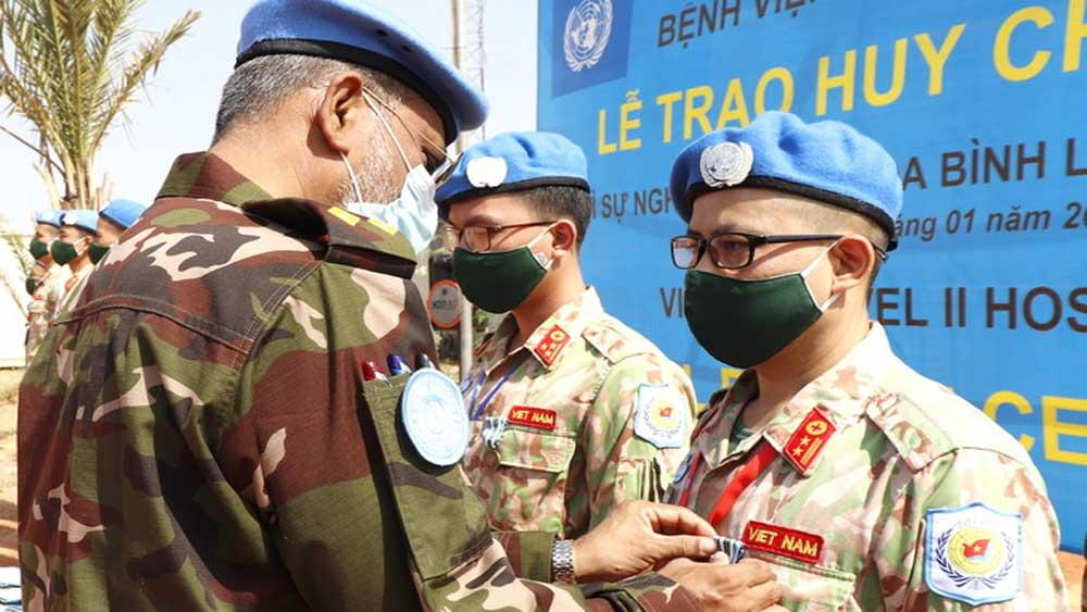 Bệnh viện dã chiến Việt Nam nhận huy chương