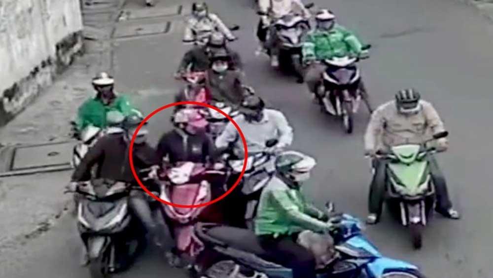TPHCM: Người phụ nữ bị nhóm trộm bao vây, dàn cảnh móc túi giữa ban ngày