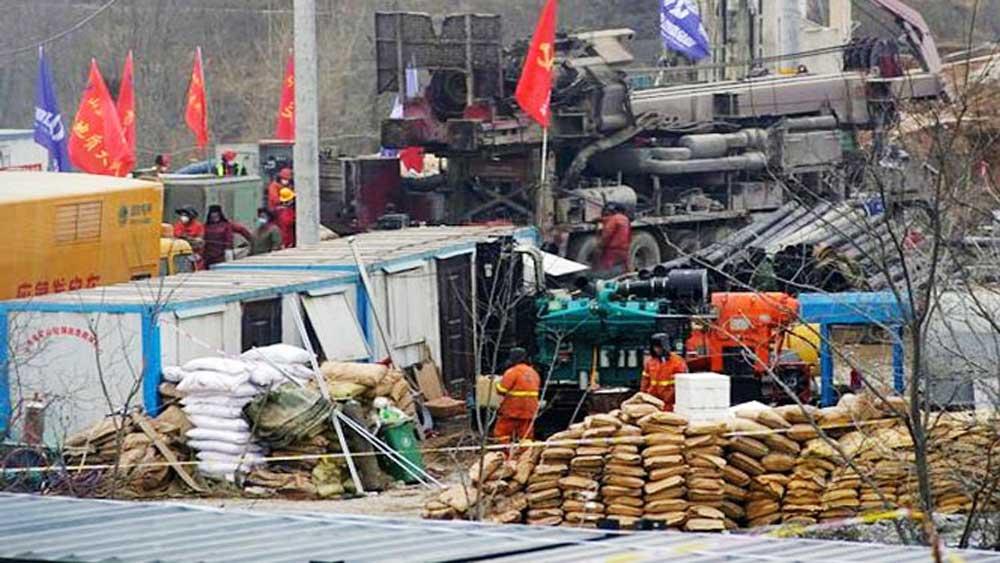 Trung Quốc giải cứu thợ mỏ đầu tiên trong số 22 người mắc kẹt dưới hầm sập sau 14 ngày