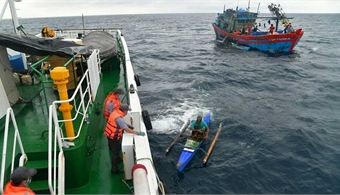 Vietnam rescues Filipino fishermen stranded at sea