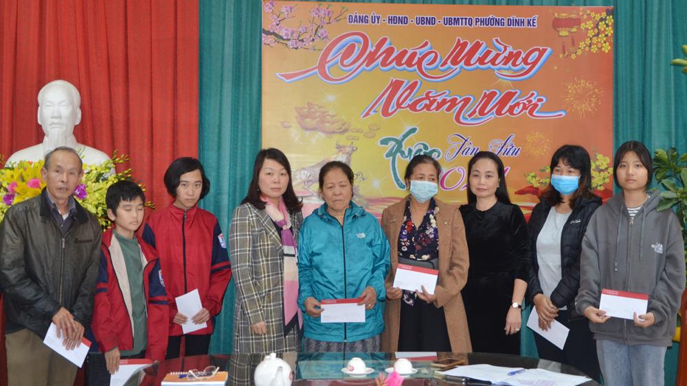 ĐBQH tỉnh Bắc Giang Hà Thị Lan tặng quà Tết hộ nghèo phường Dĩnh Kế
