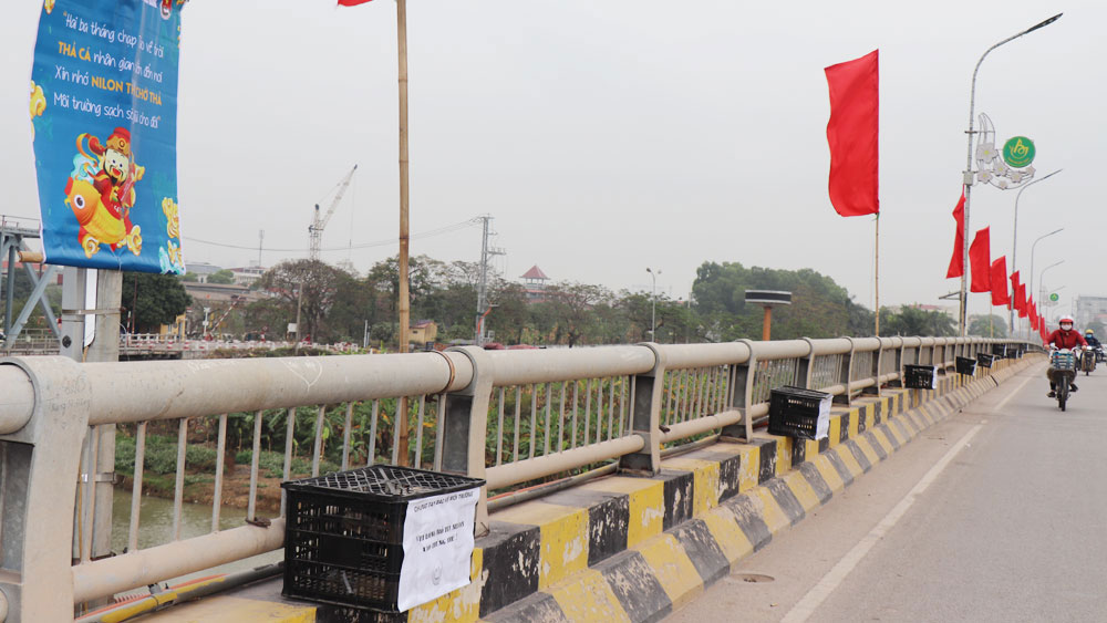 Bắc Giang: Đặt khoảng 70 thùng rác ở các điểm thả cá chép dịp Tết ông Công, ông Táo