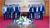 Phó Chủ tịch Ủy ban Trung ương MTTQ Việt Nam Ngô Sách Thực tặng quà Tết cho người nghèo