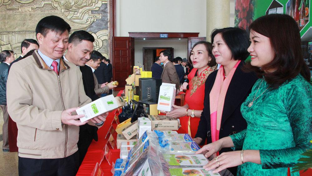 Các đại biểu thăm gian hàng trưng bày sản phẩm OCOP tỉnh năm 2020.