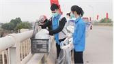 TP Bắc Giang: Nhiều người dân không thả túi ni lông khi phóng sinh cá chép