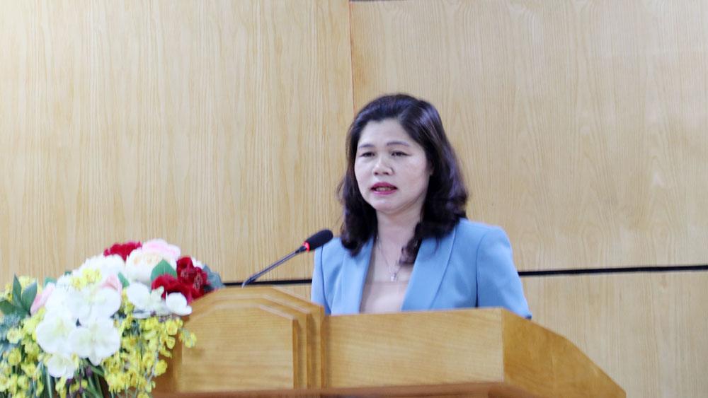 Đồng chí Lâm Thị Hương Thành trình bày thông báo của Ủy ban Thường vụ Quốc hội dự kiến cơ cấu, thành phần, số lượng người được giới thiệu ứng cử đại biểu Quốc hội.