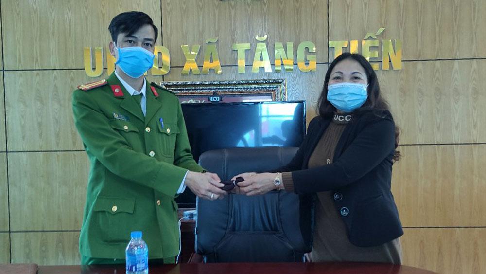 Chị Hoàng Thị Đào bàn giao tài sản nhặt được cho Công an xã Tăng Tiến.