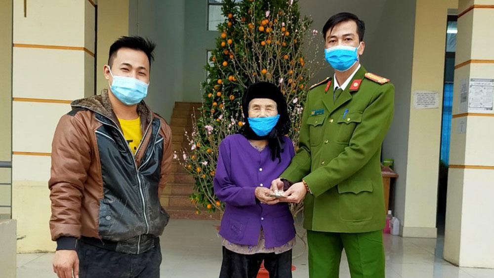 Sau khi xác minh, Công an xã Tăng Tiến (Việt Yên) trao trả tài sản cho cụ Thân Thị Hòa.