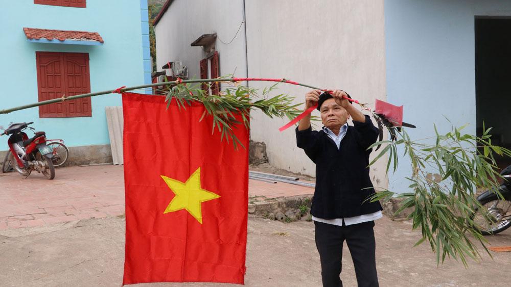 Ông Lục Văn Dèo trang trí cây nêu chuẩn bị đón Tết.