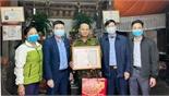 Chủ tịch UBND TP Bắc Giang khen thưởng người nhặt phế liệu trả lại sổ đỏ và tiền trong túi rác
