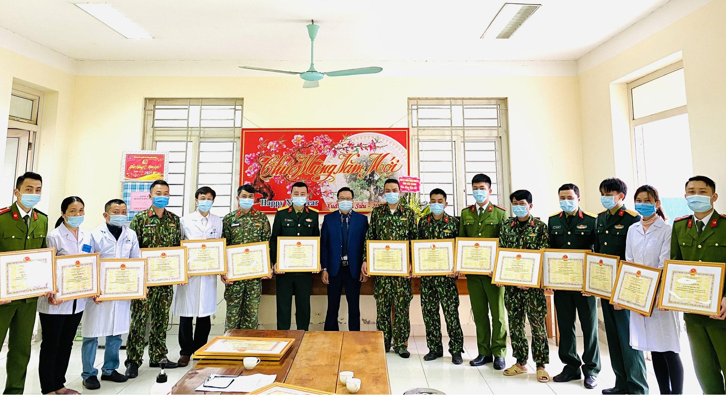 Khen thưởng 18 cá nhân có thành tích xuất sắc trong phòng, chống dịch Covid- 19