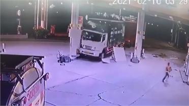 Xe container ủn xe tải rồi lao thẳng vào trạm xăng