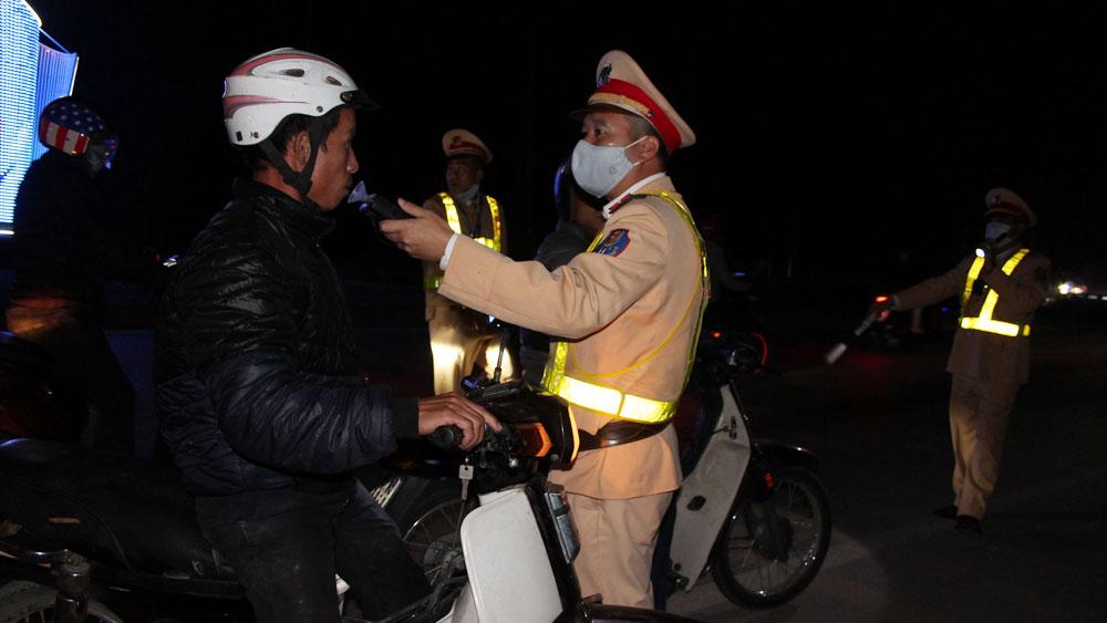 Lực lượng cảnh sát giao thông kiểm tra nồng độ cồn đối với lái xe.