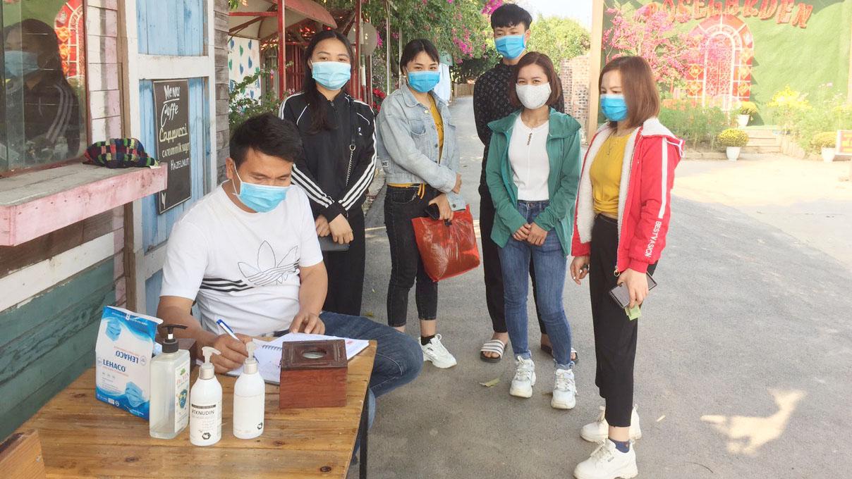 Khách tham quan khai báo y tế tại phim trường Đa Mai (TP Bắc Giang).