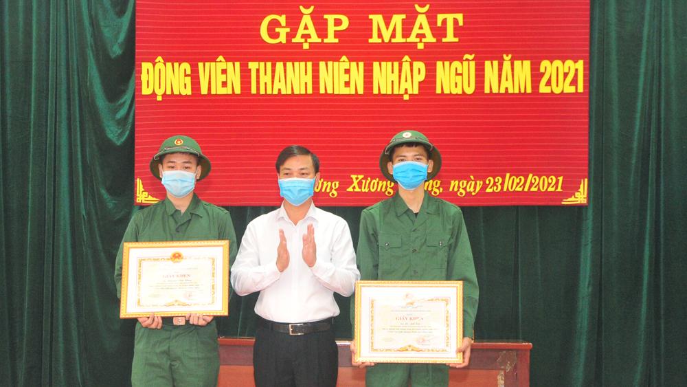 TP Bắc Giang: Cấp phát quân trang, tặng quà công dân nhập ngũ