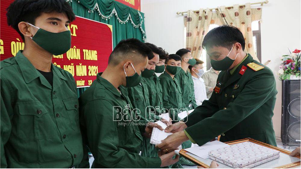 Lục Ngạn: Tặng quà, cấp phát quân trang cho thanh niên lên đường nhập ngũ năm 2021