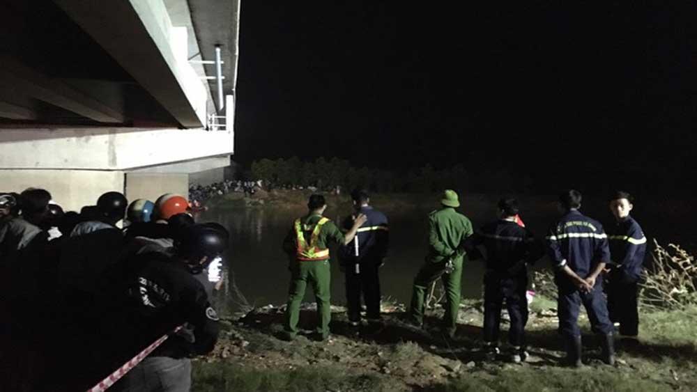 Ô tô, tông 4 học sinh, 2 em, rơi xuống sông, 1 em tử vong
