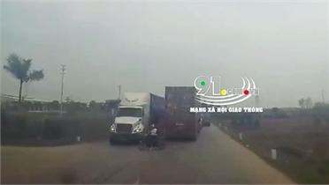 Clip nóng: Tài xế container phanh cháy lốp vì 2 mẹ con sang đường ẩu