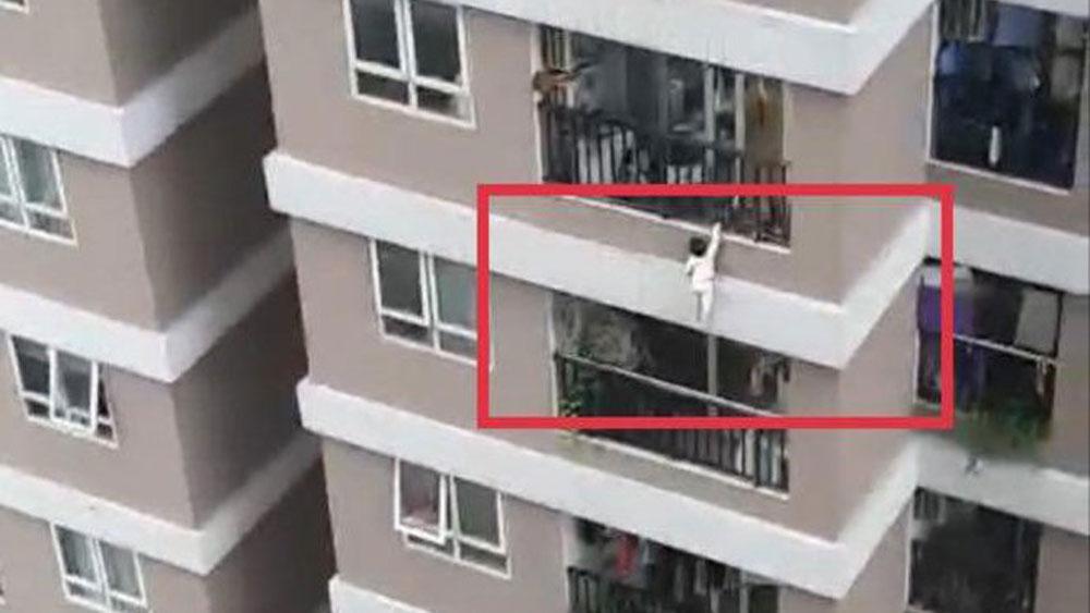 Thót tim cảnh bé gái rơi từ tầng 12 thoát chết nhờ nam thanh niên đỡ được