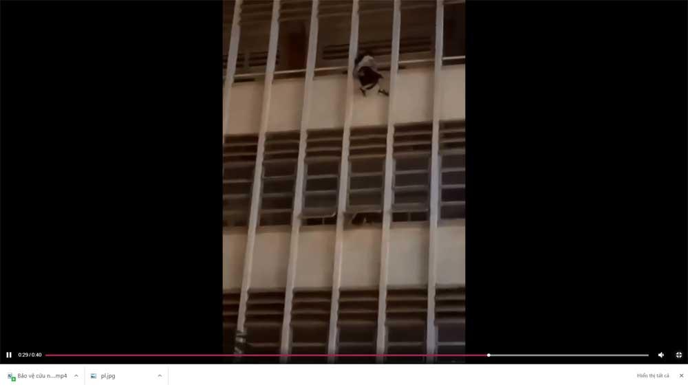 Bảo vệ cứu nữ sinh đu lan can tầng 3