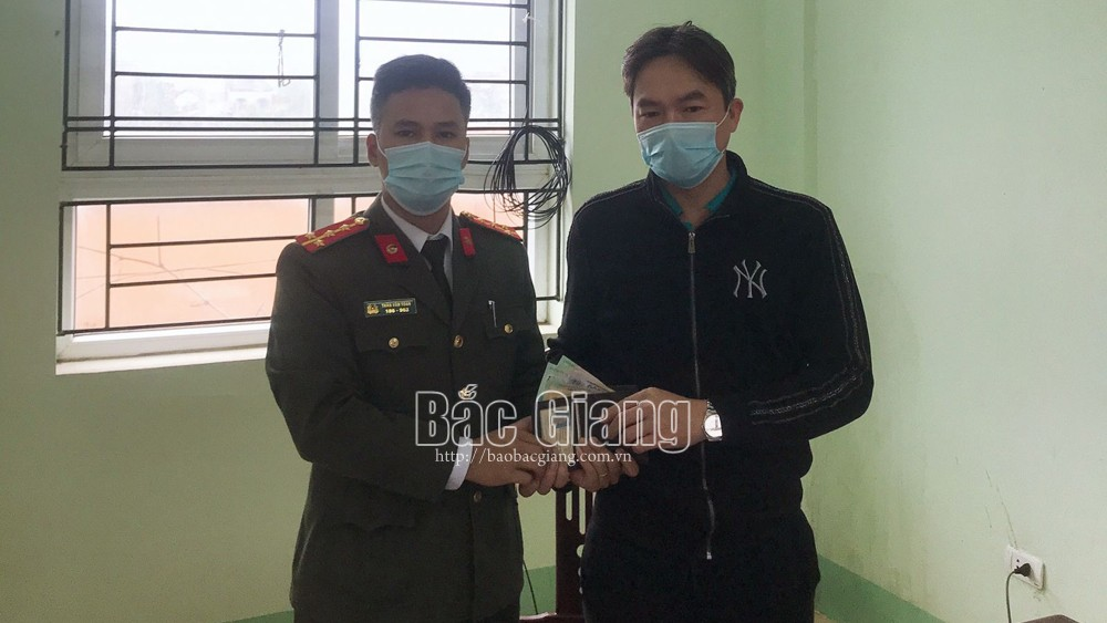 Bắc Giang: Công an xã nhặt được của rơi trả người bị mất