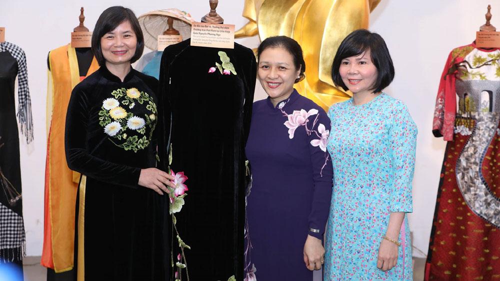Nguyên Thứ trưởng Bộ Ngoại giao Nguyễn Phương Nga trao 2 bộ áo dài mình đã mặc trong buổi lễ trao quyết định bổ nhiệm đại sứ, đại diện thường trực Việt Nam tại Liên hợp quốc và tại Lễ trình Thư ủy nhiệm của Chủ tịch nước Trương Tấn Sang lên Tổng Thư ký Liên hợp quốc Ban Ki-moon năm 2014 cho Bảo tàng Phụ nữ Việt Nam.