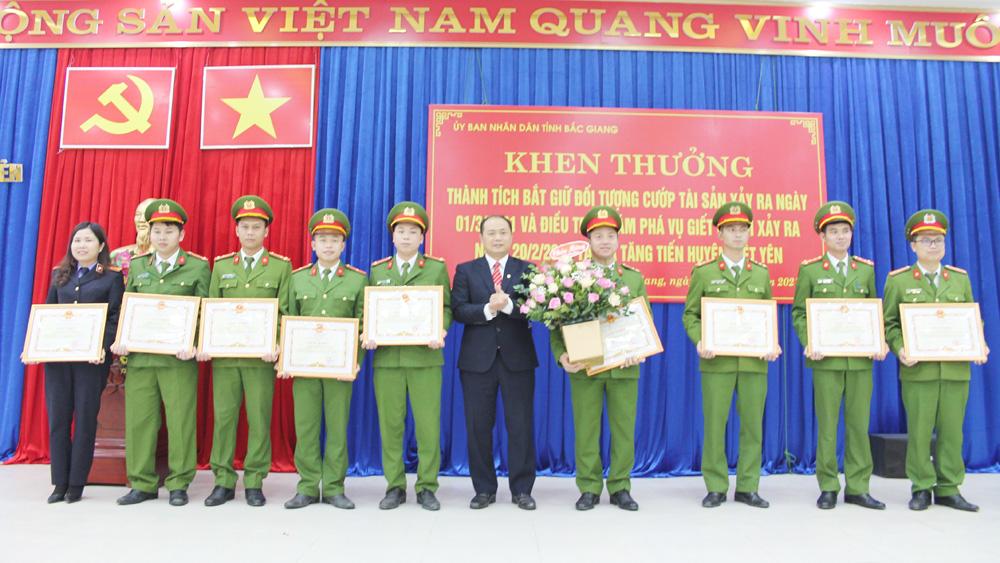 Chủ tịch UBND huyện Việt Yên trao thưởng cho tập thể, cá nhân khám phá vụ án giết người