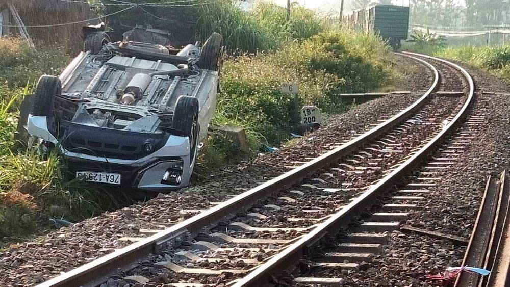 tai nạn đường sắt, một cháu bé tử vong, tàu hỏa húc văng ô tô
