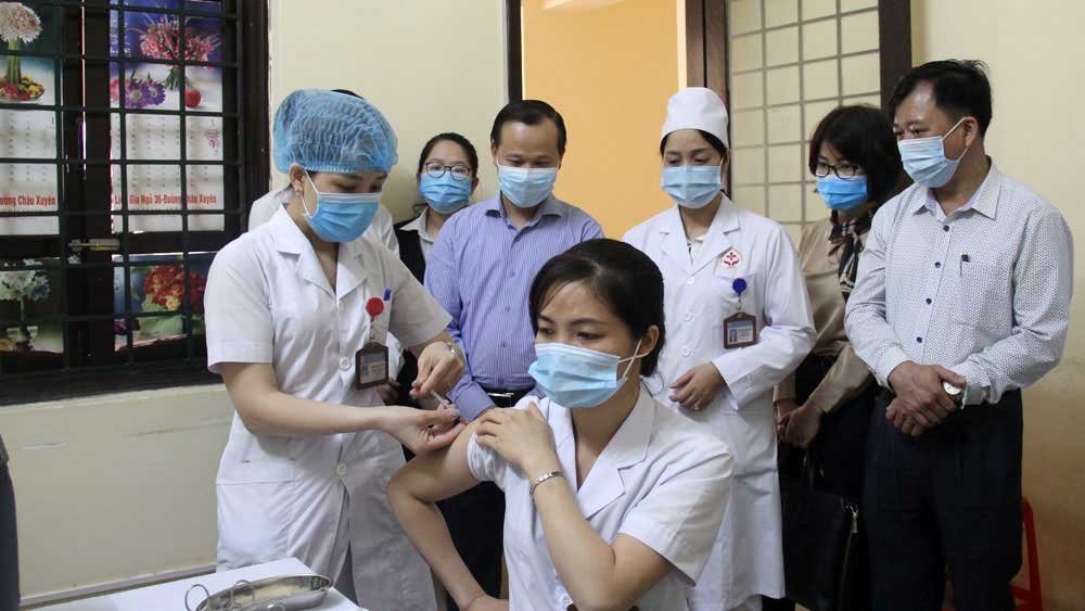 Bac Giang: First frontline health workers vaccinated against Covid-19