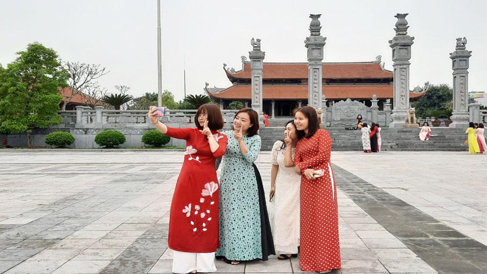 Khách tham quan chụp ảnh lưu niệm tại Di tích cấp quốc gia đặc biệt Địa điểm chiến thắng Xương Giang (TP Bắc Giang).