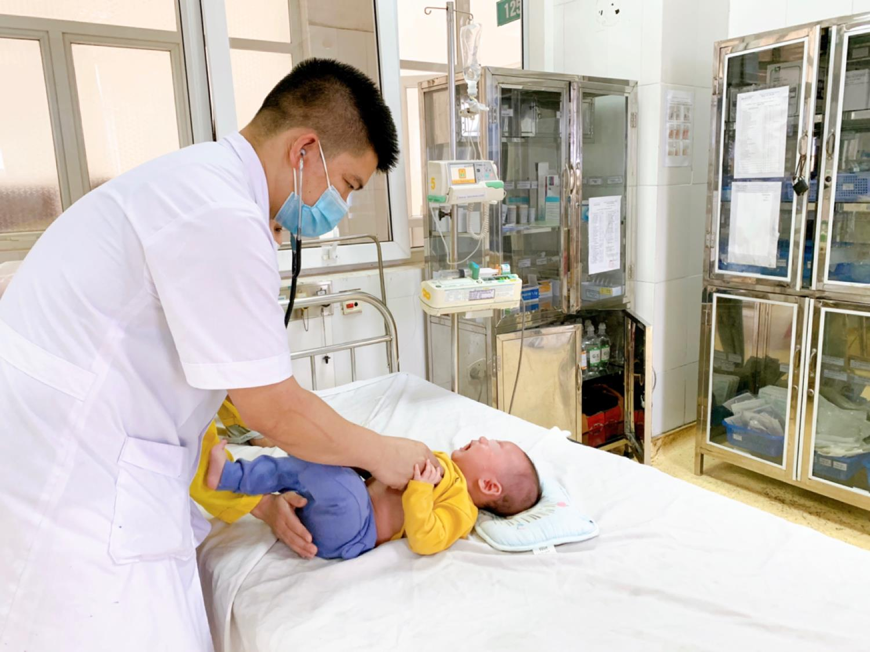 Bắc Giang: Người thân rửa nhầm bằng cồn 90 độ, cháu bé 5 tháng tuổi bị bỏng niêm mạc mũi