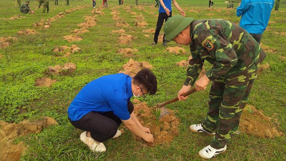 Thanh niên Bộ CHQS tỉnh Bắc Giang tham gia trồng gần 2 nghìn cây xanh