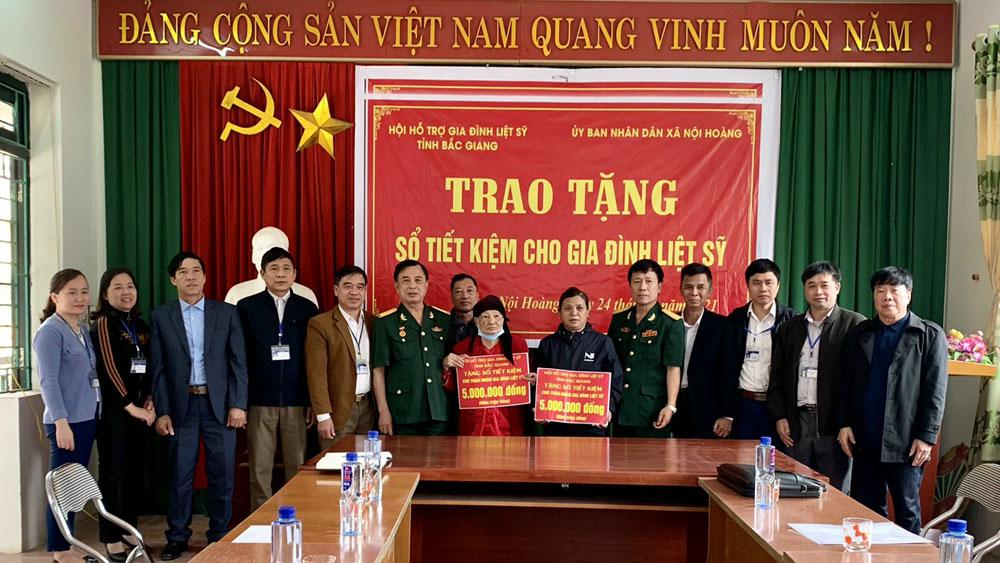 Bắc Giang: Trao tặng 10 sổ tiết kiệm cho thân nhân liệt sĩ