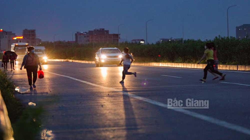 Băng qua cao tốc Hà Nội-Bắc Giang, nữ công nhân bị ô tô tông trúng
