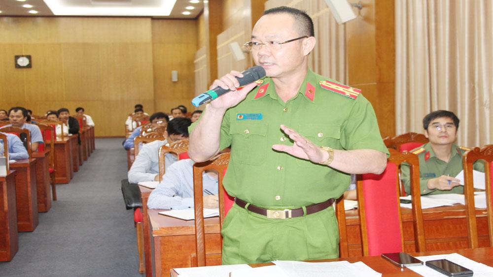 Đại tá Thân Văn Duy, Phó Giám đốc Công an tỉnh trả lời câu hỏi của phóng viên.