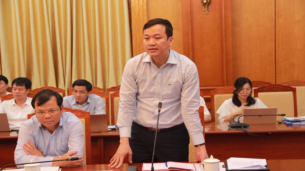Phó Chủ tịch UBND tỉnh Lê Ô Pích phát biểu ý kiến tại buổi giao ban.