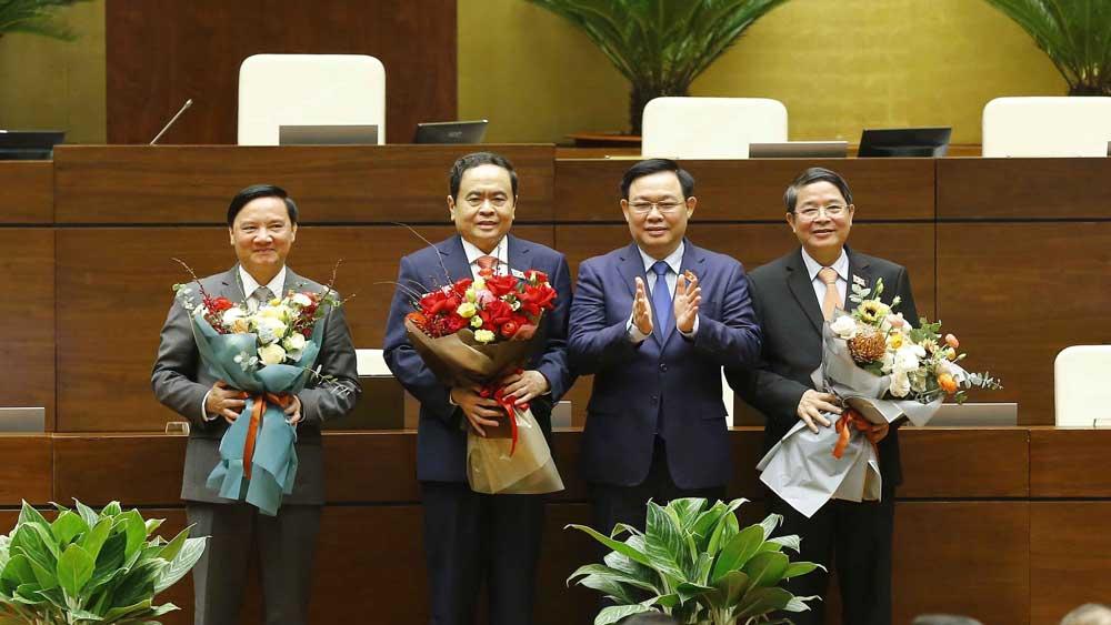 Chủ tịch Quốc hội Vương Đình Huệ chúc mừng 3 tân Phó Chủ tịch Quốc hội.