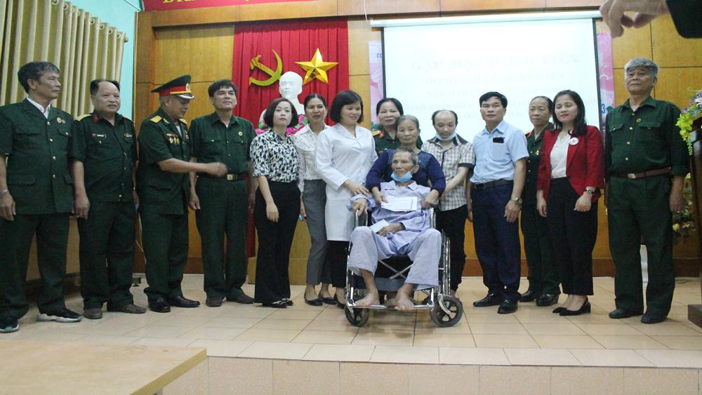 Bắc Giang: Trao tiền hỗ trợ CCB bị địch bắt tù đày ở Phú Quốc chữa bệnh