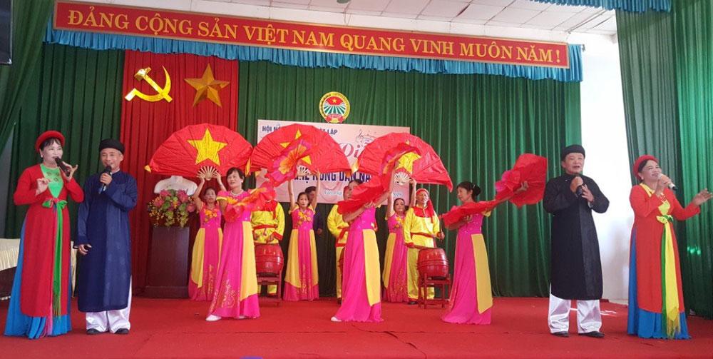 Nông dân xã Việt Lập biểu diễn văn nghệ.